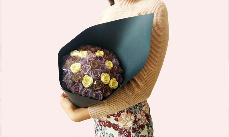 Девушка с букетом шоколадных роз